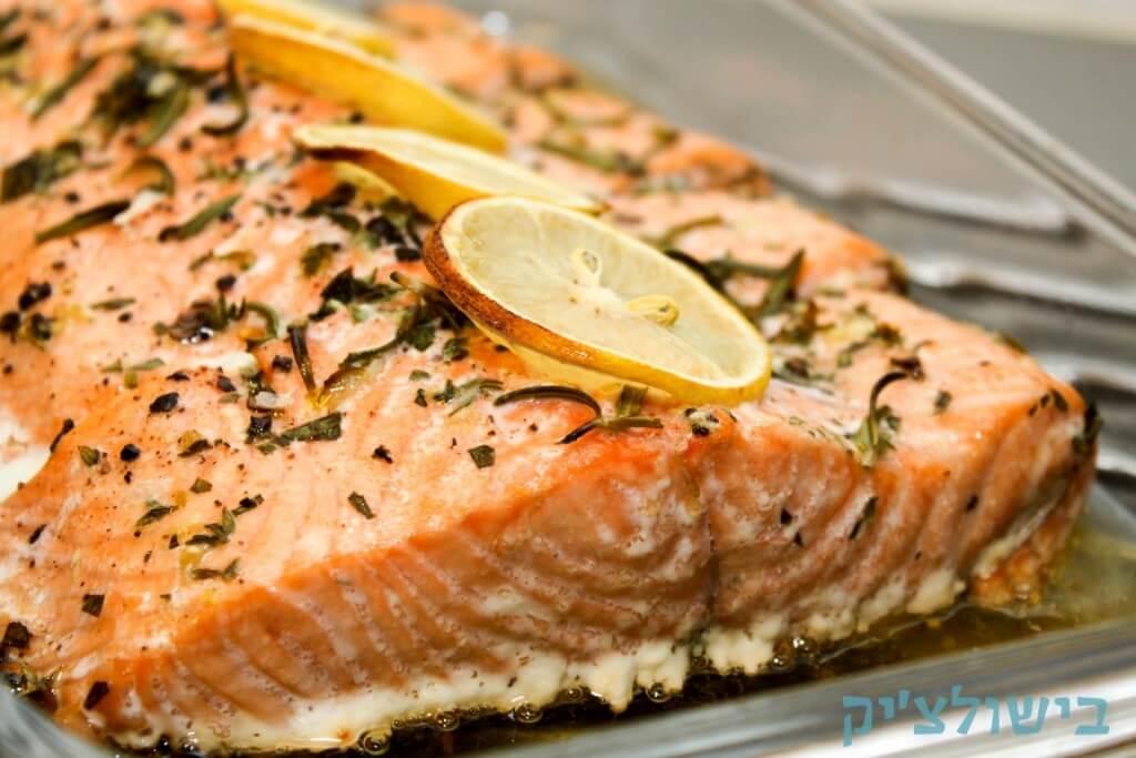 דג סלמון בתנור עם עשבי תיבול